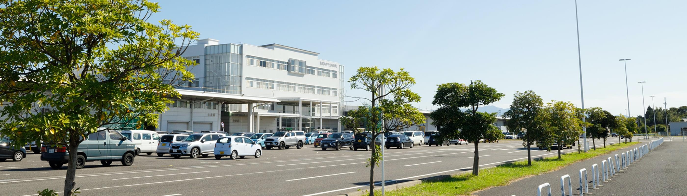 社屋と会社駐車場の画像